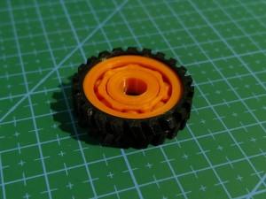 Koło z łożyskiem kulkowym. Część pomarańczowa drukowana w jednym cyklu pracy.